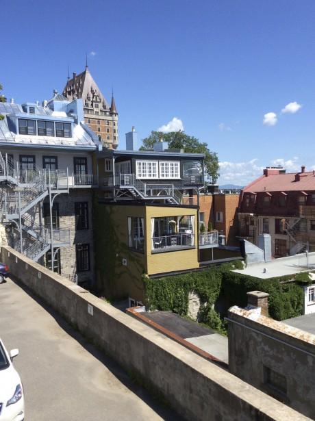 L'arrière de la maison APRÈS les rénovations, avec la terrasse apparente. L'immeuble n'est pas classé patrimonial, mais les travaux ont été faits «dans les règles de l'art» pour assurer sa pérennité, indique Claude Malenfant. (Fournie par Claude Malenfant)