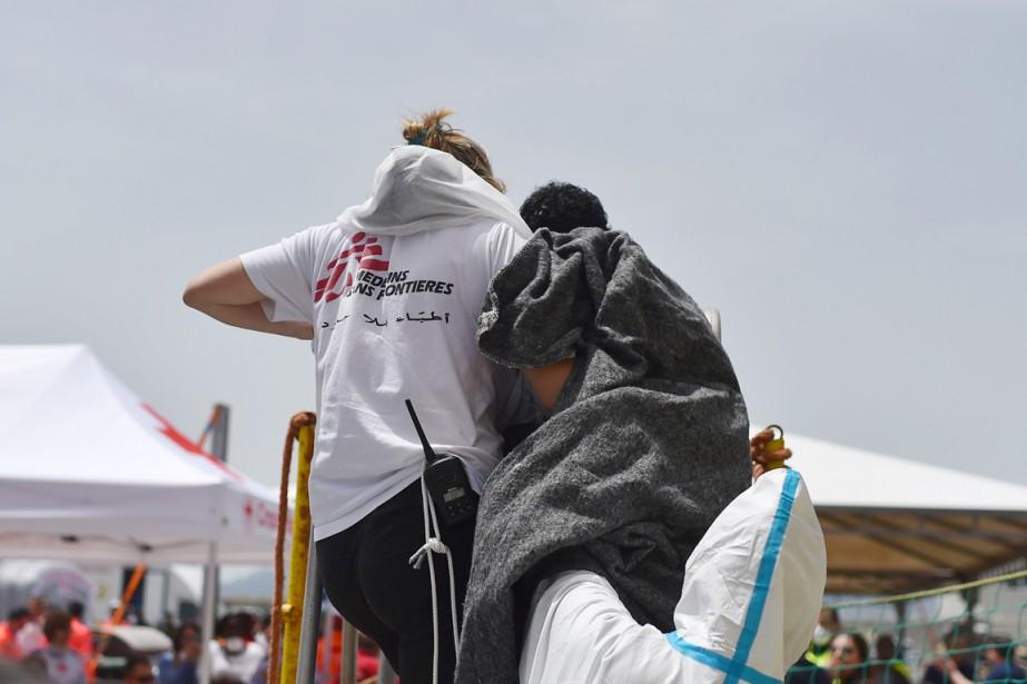 Une membre de l'ONG Médecins sans frontières aide... (PHOTO GABRIEL BOUYS, ARCHIVES AFP)