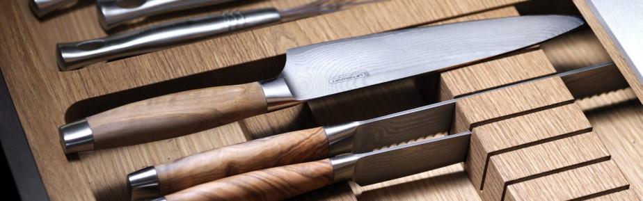 Cette collection de couteaux compte six modèles distincts et leur manche se décline en trois finis: la délicatesse du bois d'olivier italien, l'élégance de l'acier inoxydable et la beauté de la résine phénolique noire. Chaque couteau Le Creuset est fabriqué par des experts de Solingen en Allemagne et passe par 40 étapes de transformation rigoureuses, de la matière première à l'emballage. Le couteau idéal pour le papa qui aime trancher, émincer, ciseler, tailler et couper. ()