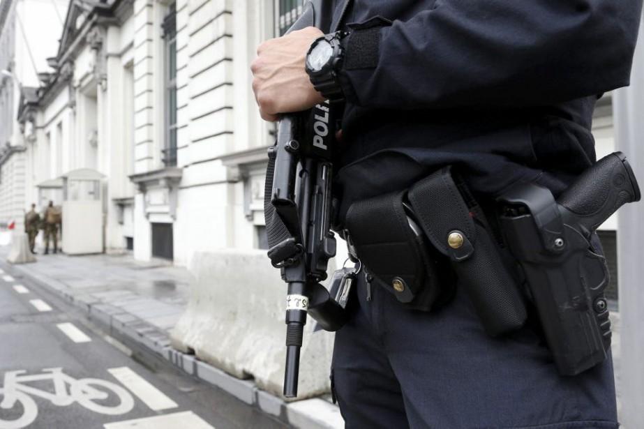 Un policier belge monte la garde devant un... (PHOTO FRANCOIS LENOIR, REUTERS)