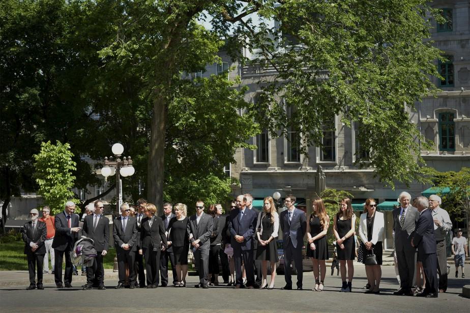 La famille de Gilles Lamontagne a reçu les condoléances vendredi et samedi matin, alors que l'ancien maire était exposé en chapelle ardente dans la salle du conseil municipal de l'hôtel de ville. (Le Soleil, Pascal Ratthé)