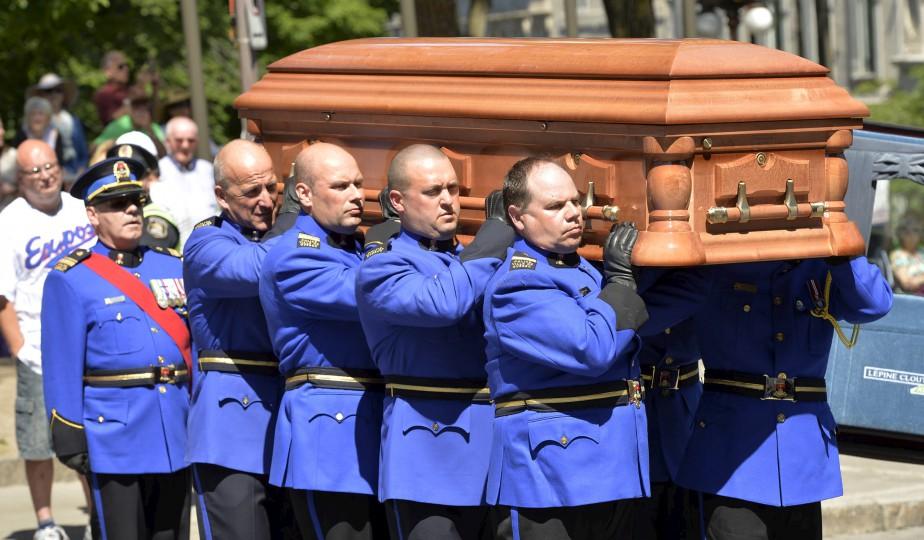 Le cercueil a été porté dans l'église par l'unité d'apparat du Service de police de la Ville de Québec. (Le Soleil, Pascal Ratthé)