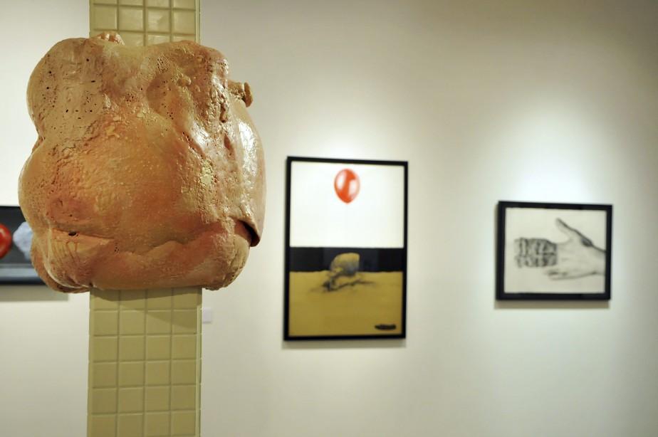 L'artiste Cindy Dumais propose <em>Le satellite</em>, une oeuvre composée de matériaux mixtes installée au centre de la salle d'exposition du Centre Bang. (Photo Le Progrès-dimanche, Rocket Lavoie)