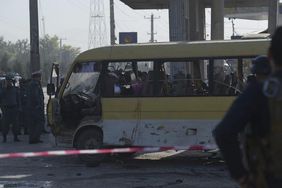 Des traces de sang étaient visibles sur les... (PHOTO SHAH MARAI, AFP)
