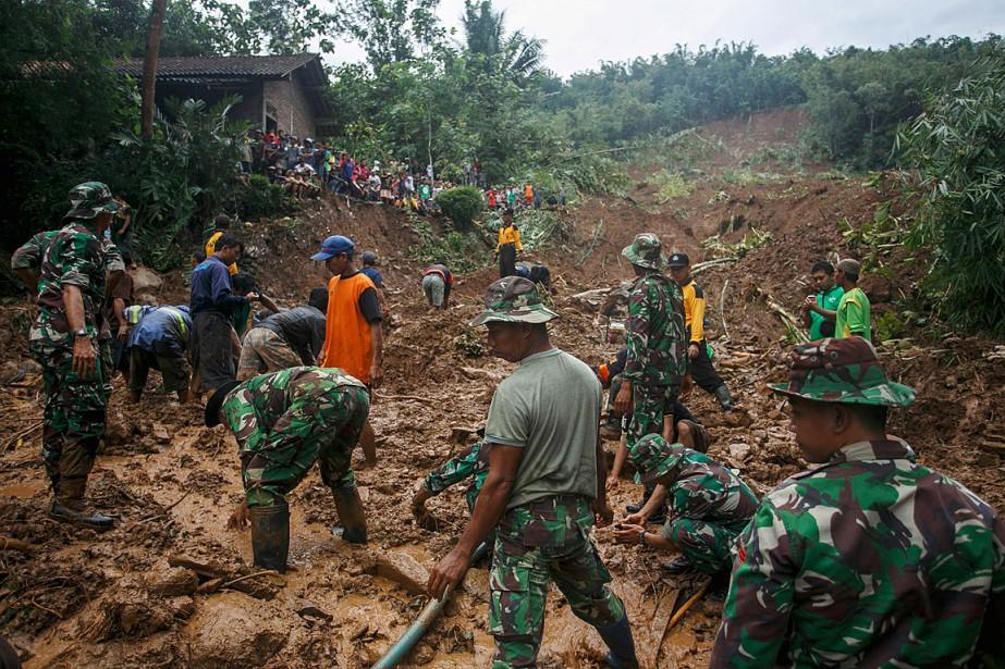 Les équipes de secours étaient à la recherche... (Photo Antara Foto, Hendra Nurdiyansyah via REUTERS)