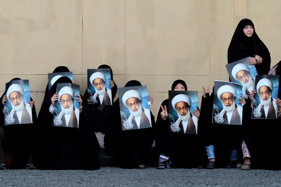 Des activistes sont photographiées, le portrait du cheik... (PHOTO Hasan Jamali, ARCHIVES AP)