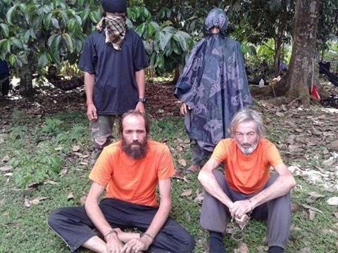 Robert Hall (à droite), un Canadien capturé aux... (PHOTO ARCHIVES REUTERS)