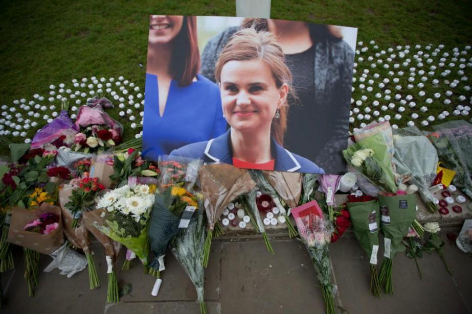 Des citoyens ont rendu hommage à la députée... (PHOTO MATT DUNHAM, ASSOCIATED PRESS)