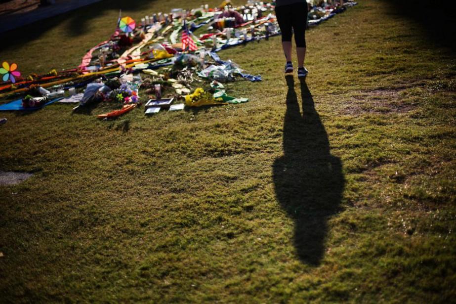 Une femme rend hommage aux victimes de la... (PHOTO DAVID GOLDMAN, ASSOCIATED PRESS)