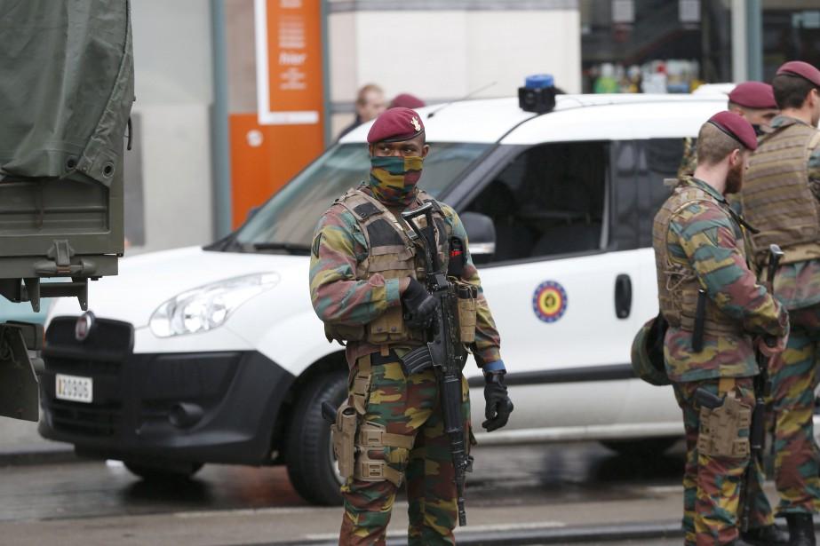 Des soldats belges montent la garde à proximité... (Photo Francois Lenoir, REUTERS)