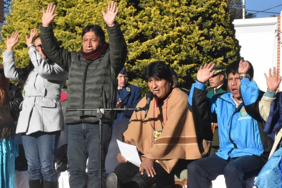 Evo Morales (assis au centre) a profité de... (PHOTO AFP)