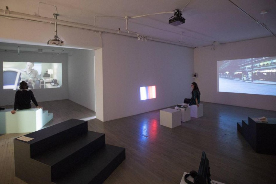 À gauche, un écran diffusela vidéo A Blank... (Photo Marco Campanozzi, La Presse)