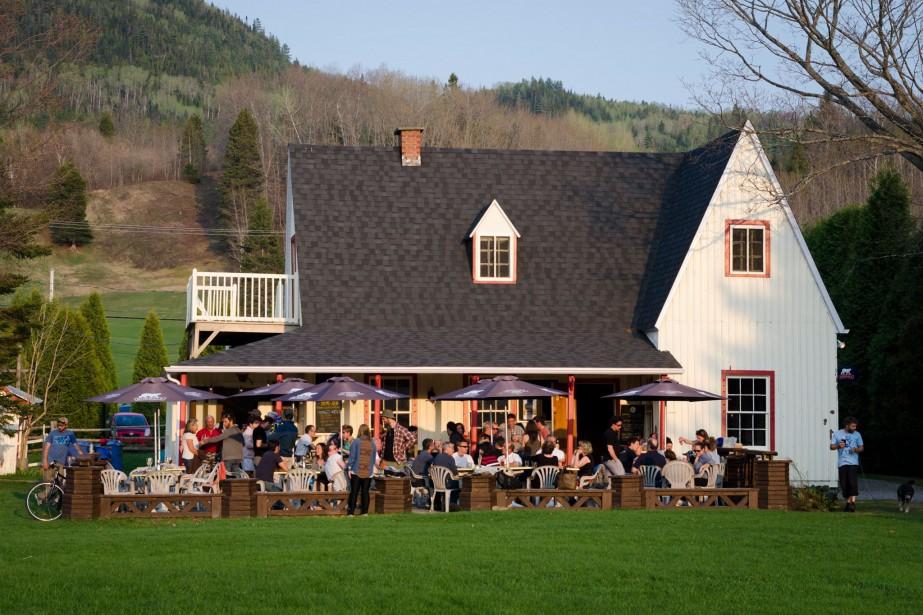 Restaurant établi dans l'ancien camp de pêche de la famille Price, le Bistro de L'Anse séduit aussi bien par son bâtiment patrimonial, son site d'exception en bordure de la rivière Saint-Jean et sa terrasse ensoleillée offrant une vue magnifique sur le fjord du Saguenay. (Facebook Bistro de L'Anse)