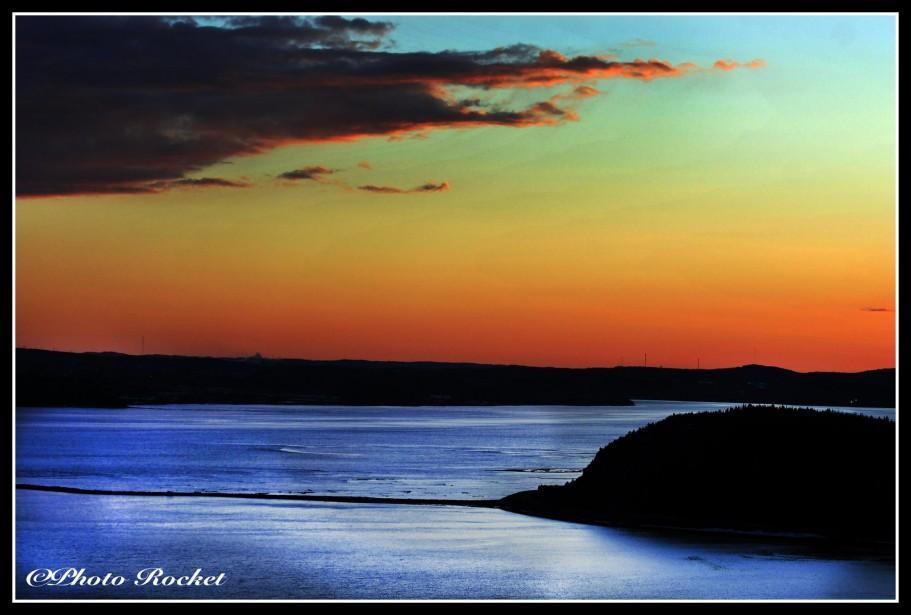 Coucher de soleil sur le Saguenay, vu de la terrasse de L'Auberge La Tourelle du Fjord. (Rocket Lavoie)