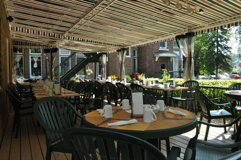 Restaurant au cachet patrimonial unique, le Café du Presbytère possède une belle terrasse. Celle-ci est aménagée dans l'ancien jardin de la communauté religieuse qui habitait jadis le bâtiment. (Le Café du Presbytère)