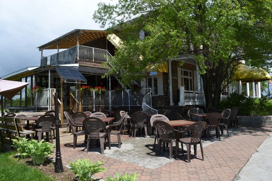 La tour à bière est un lieu de prédilection pour prendre un verre entre amis et vivre au rythme du centre-ville de Chicoutimi. (Claudie Laroche)