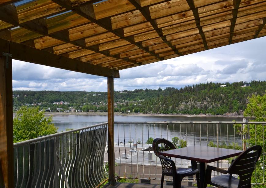 La terrasse de la Tour à bière offre de beaux points de vues sur la rivière Saguenay. (Claudie Laroche)