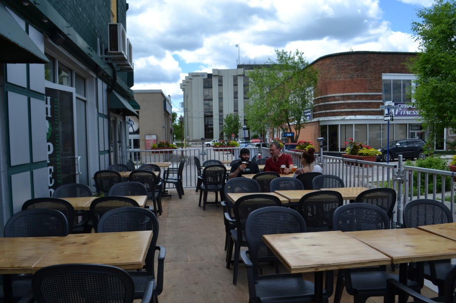 La microbrasserie Hopera propose une sympathique terrasse au coeur du centre-ville de Jonquière. C'est l'endroit par excellence pour déguster une savoureuse pizza et boire une bonne bière brassée localement. (Claudie Laroche)