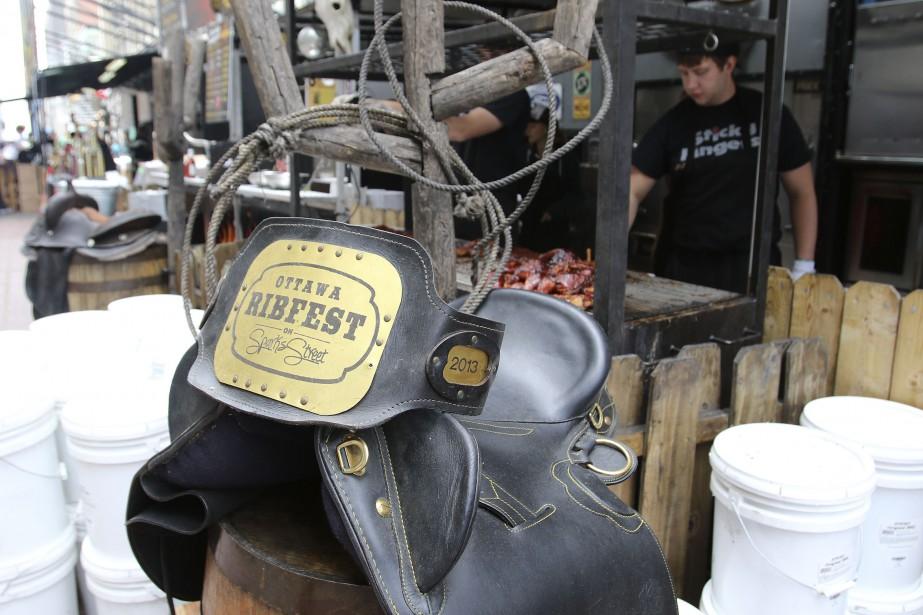 Les 14 concessions de côtelettes de porc et de poulet aux sauces variées se font la compétition. (PATRICK WOODBURY, LeDroit)