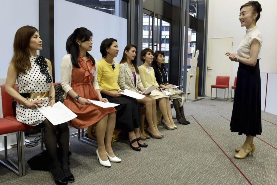 «Madame» Yumiko (à droite) et ses élèves.... (PHOTO AFP)