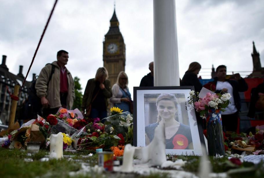 Scène de recueillement pour la députée britannique Jo... (PHOTO BEN STANSALL, AGENCE FRANCE-PRESSE)