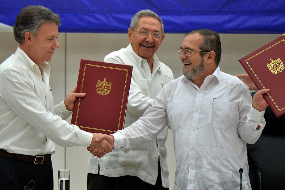 Le président colombien Juan Manuel Santos (à gauche)... (Photo Desmond Boylan, AP)