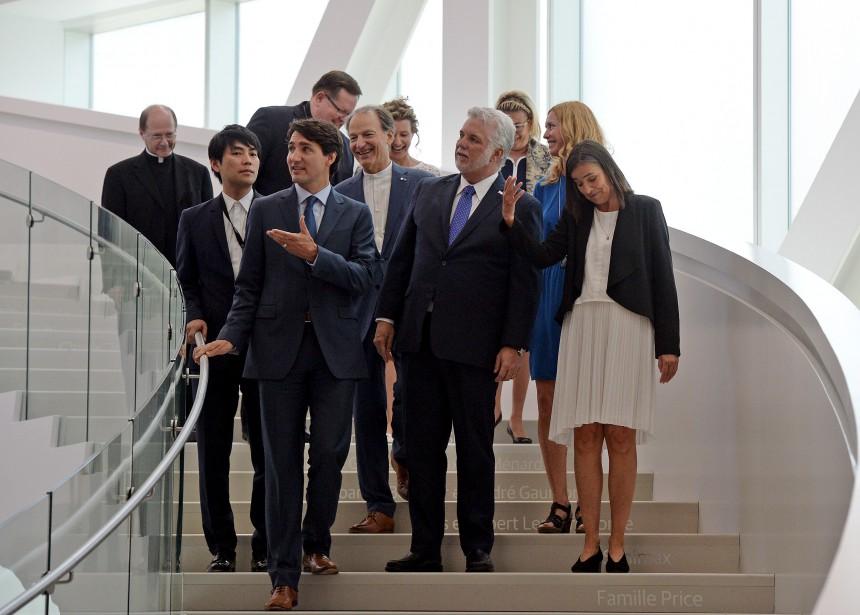 Les dignitaires, dont Philippe Couillard, Justin Trudeau, et le cardinal Cyprien Lacroix, ont visité le pavillon accompagné de la directrice du Musée, Line Ouellet. (Le Soleil, Erick Labbé)