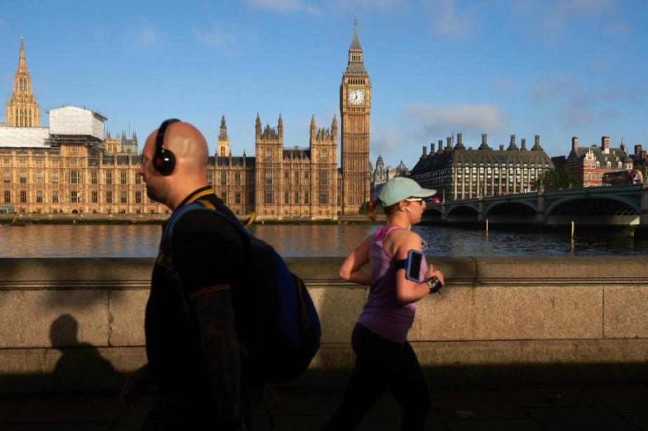 Des Londoniens marchent ou font du jogging le... (PHOTO NIKLAS HALLE'N, AGENCE FRANCE-PRESSE)