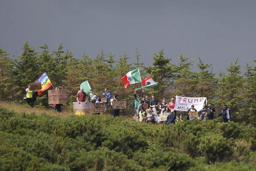 Les manifestants chantaient en exhibant des drapeaux arc-en-ciel... (PHOTO CARLO ALLEGRI, REUTERS)