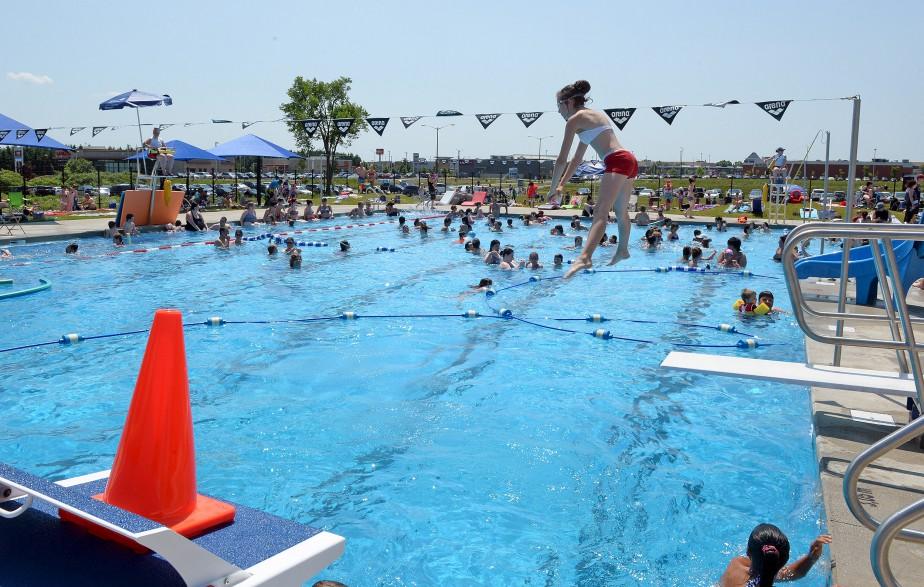 La journée ne pouvait être plus radieuse pour les baigneurs venus profiter de la nouvelle piscine de Giffard, officiellement inaugurée samedi. (Le Soleil, Erick Labbé)