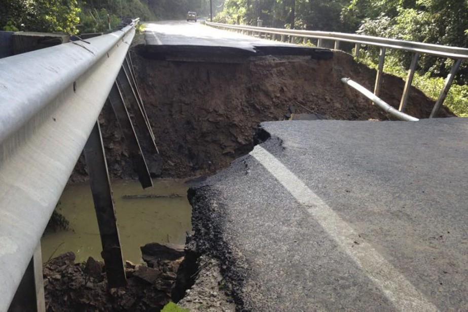 Une partie de l'autoroute4 s'est affaissée près de... (PHOTO REUTERS/FOURNIE PAR LE DÉPARTEMENT DES TRANSPORTS DE LA VIRGINIE OCCIDENTALE)