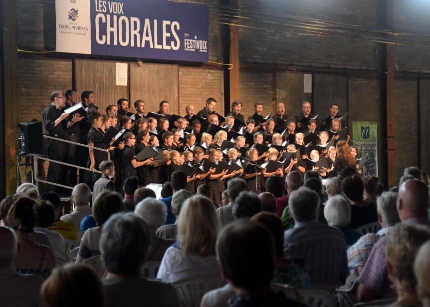 Les Petits Chanteurs de la Maîtrise du Cap étaient en spectacle dimanche sur la scène du hagar numéro 1 du port de Trois-Rivières. (Andréanne Lemire)