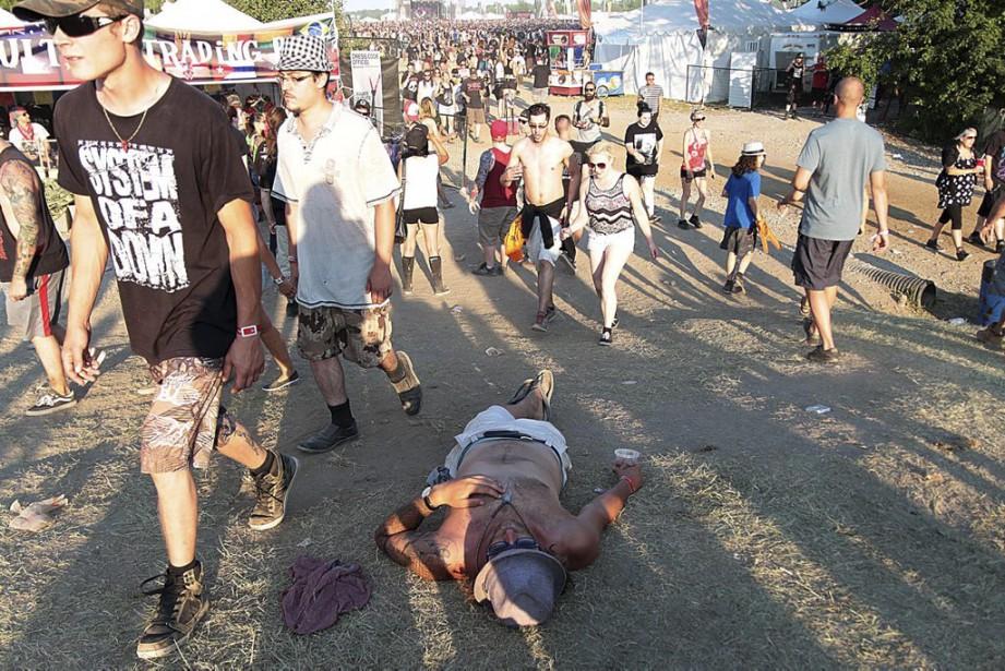 On se repose comme on peut au Rockfest... (Etienne Ranger, LeDroit)