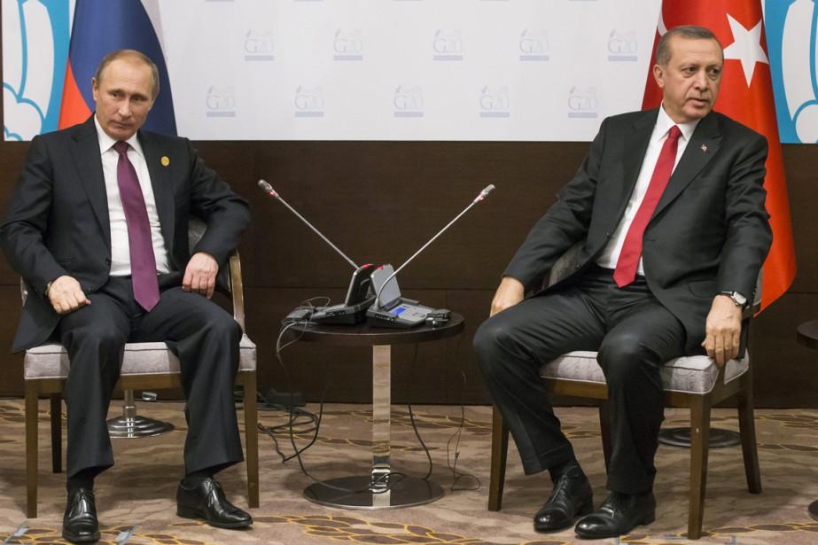 Le président russe Vladimir Poutine (à gauche) est... (PHOTO Alexander Zemlianichenko, ARCHIVES AP)