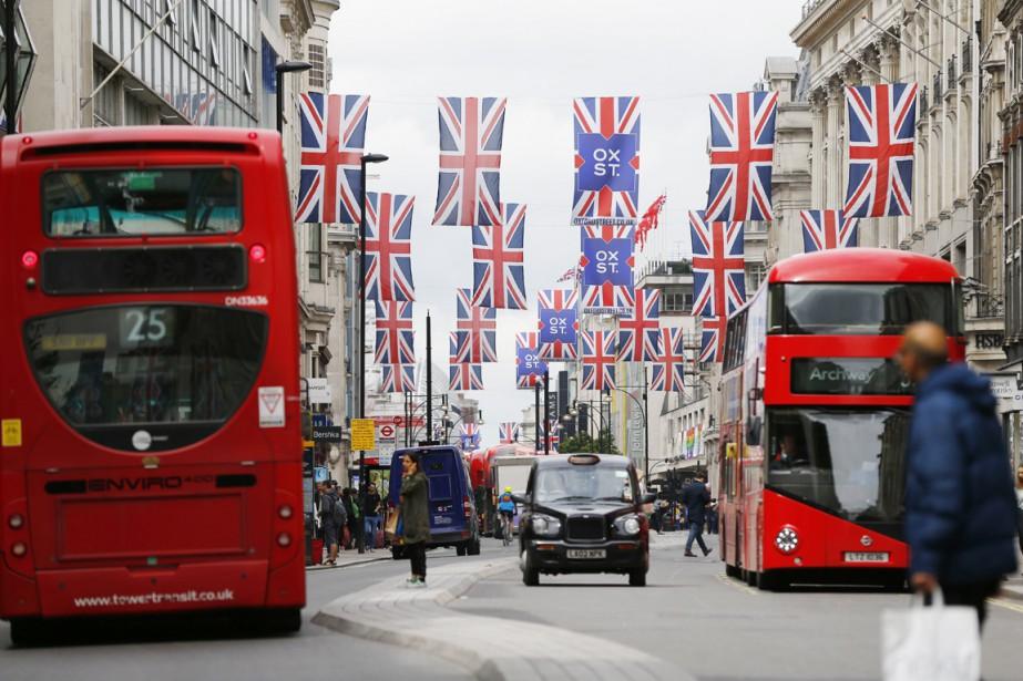Plusieurs drapeaux britanniques (Union Jack) sont accrochés entre... (PHOTO  ODD ANDERSEN, AFP)