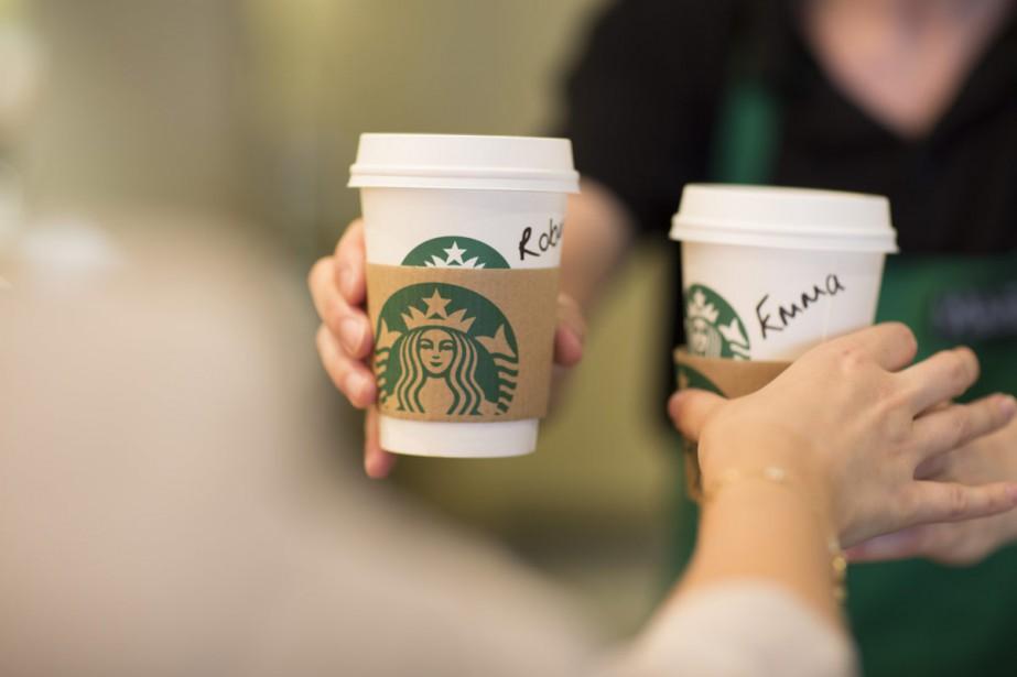 La chaîne de cafés américaine Starbucks va embaucher... (AP)