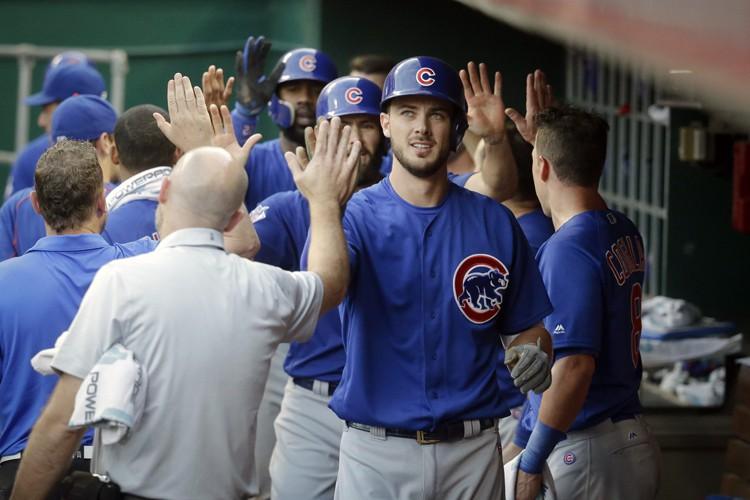 Kris Bryant est félicité par ses coéquipiers lors... (PHOTO AP)