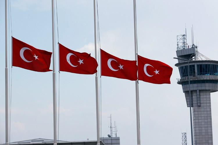 Les drapeaux turcs étaient en berne mercredi devant... (PHOTO REUTERS)