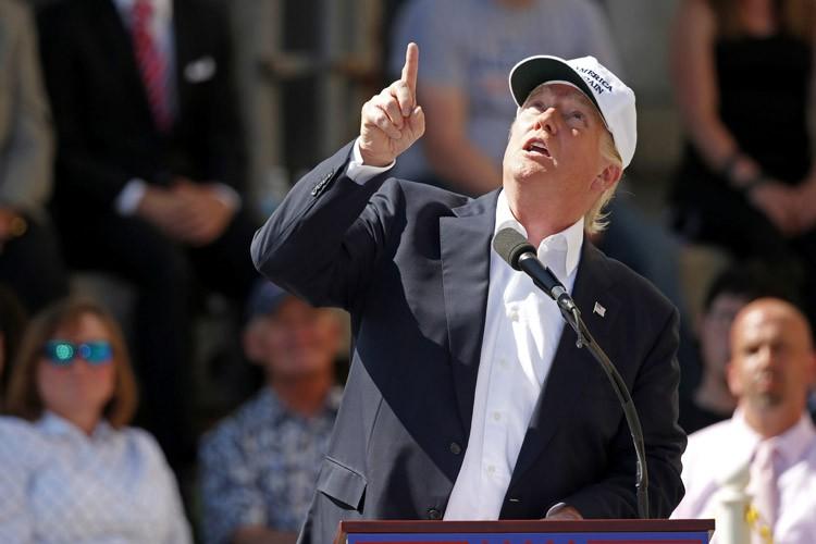 Donald Trump a pointé le ciel au moment... (PHOTO AP)