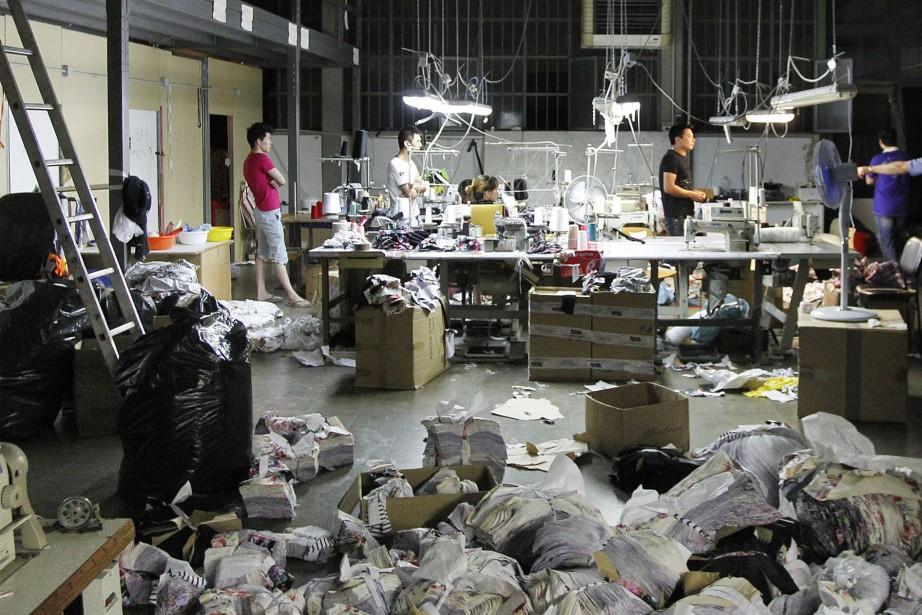 Sur la photo, des travailleurs chinois dans uneentreprise... (Photo Fabrizio Giovannozzi, Archives AP)