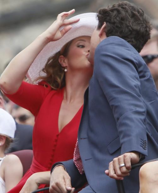 Le premier ministre du Canada, Justin Trudeau, embrasse son épouse, Sophie Grégoire Trudeau. (Simon Séguin-Bertrand, LeDroit)