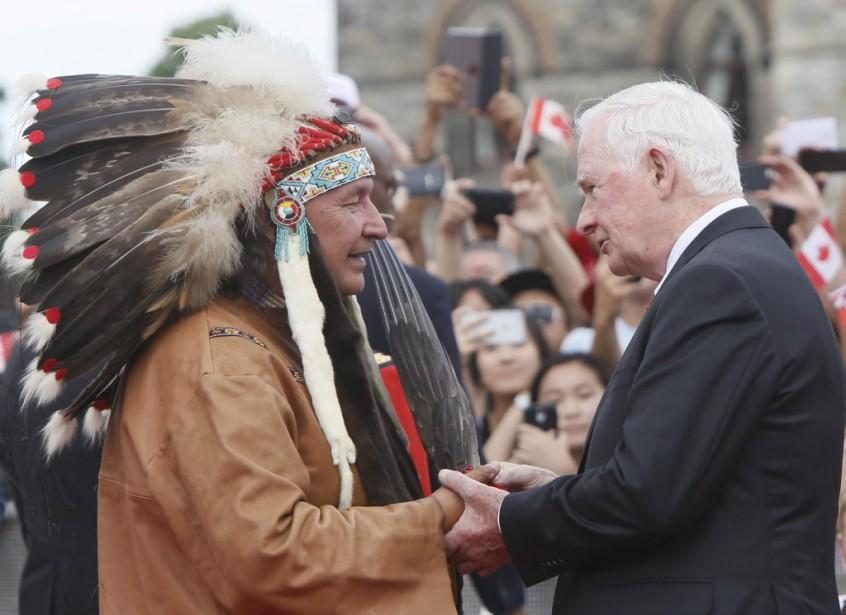 Le gouverneur général du Canada, David Johnston, salue un représentant de la communauté algonquine. (Simon Séguin-Bertrand, LeDroit)