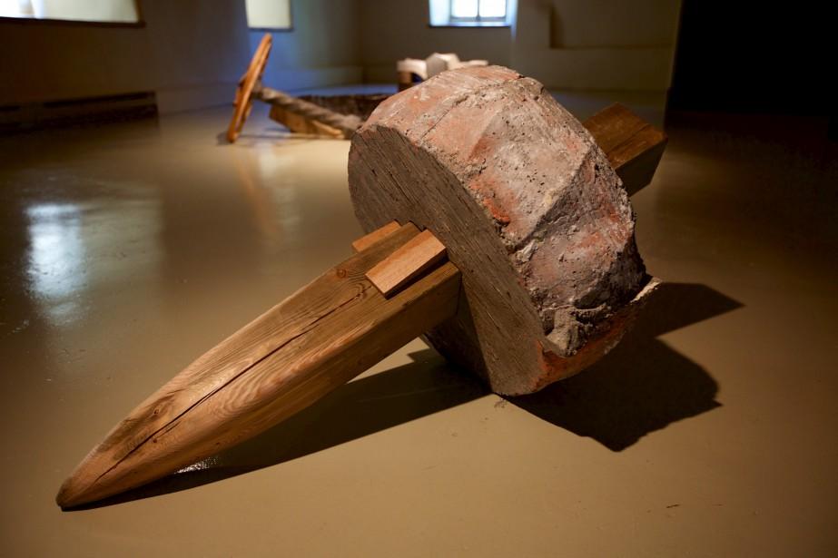 Au Moulin, <em>Sorti d'une roulière</em> de François Mathieu a une forme semblable à la meule, située tout près. (Photo Denis Baribault)