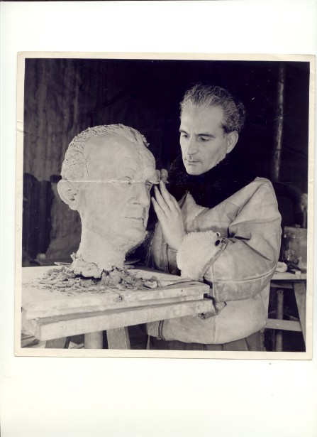 Plus d'une centaine d'oeuvres de Fenosa, qu'on voit sur la photo en pleine création en 1948, appartenaient à nul autre que Picasso. (Photo Collection Fondation Apel.les Fenosa)
