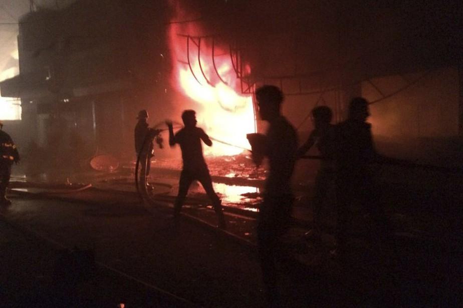 Des pompiers sur les lieux des explosions.... (Photo AP)