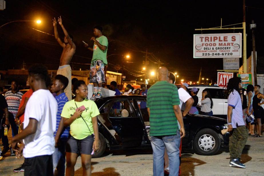 Une centaine de personnes se sont rassemblées mardi... (PHOTO AP)