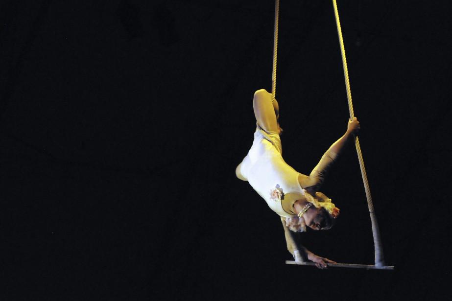 Les prouesses de l'acrobate aérienne Valérie Villeneuve ont forcé le public à retenir son souffle à plusieurs occasions. (Photo Le Quotidien, Mariane L. St-Gelais)
