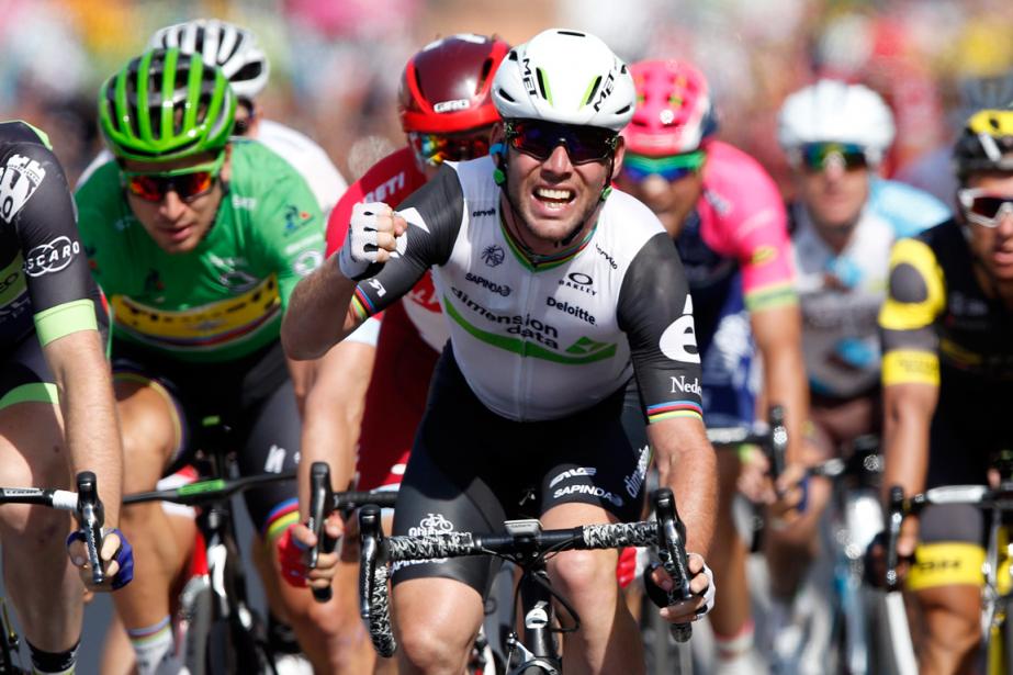 Mark Cavendish (au centre) a remporté sa troisième... (Photo Christophe Ena, AP)