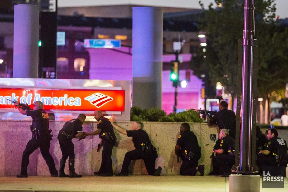 Cinq policiers ont été tués dans la fusillade... (PHOTO DALLAS MORNING NEWS)