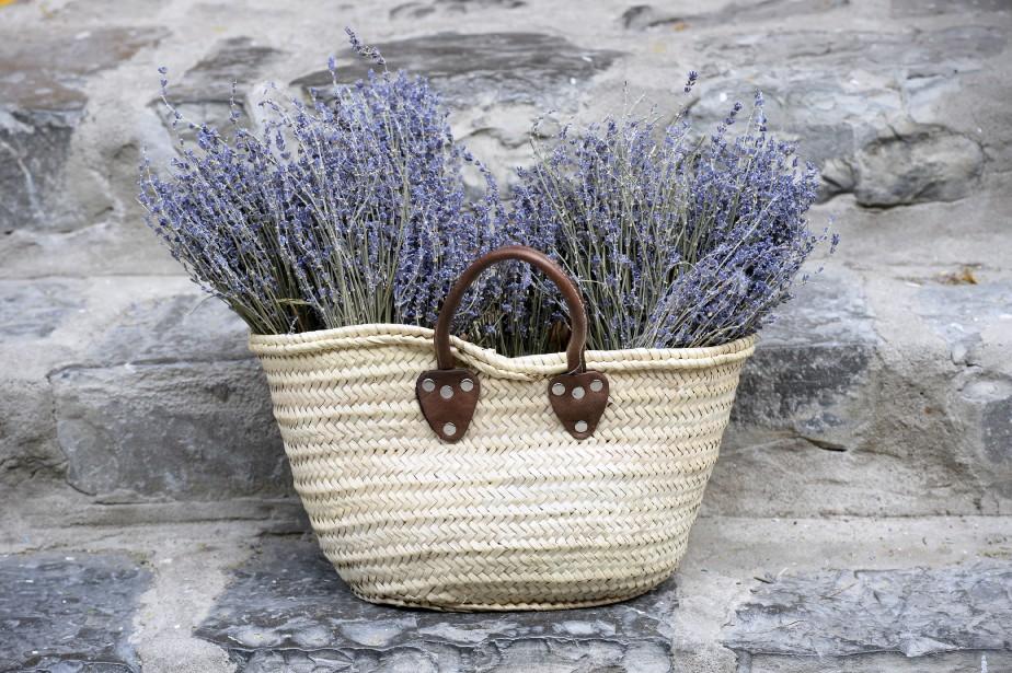 Panier tressé fait à la main (30 $) et bouquets de lavande de Provence (12 $ ch.) (Le Soleil, Jean-Marie Villeneuve)